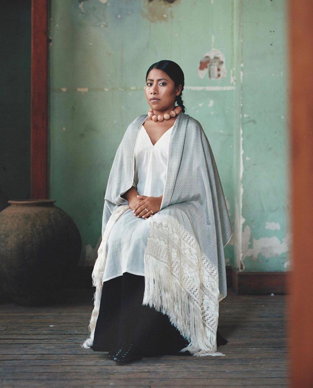 Yalitzia Aparicio voor Vogue als een schilderij. Foto: Vogue