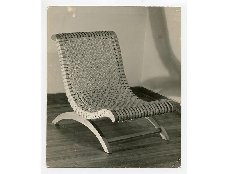 Clara Porset y silla butaque. Foto de: pinterest.com