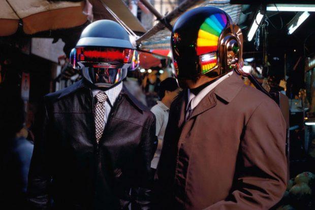 Daft Punk con i suoi primi caschi robot, attorno a 2001.