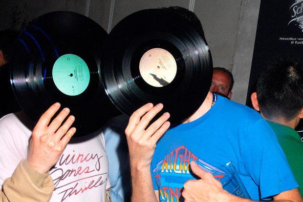 I Daft Punk coprono i loro volti con dischi in vinile