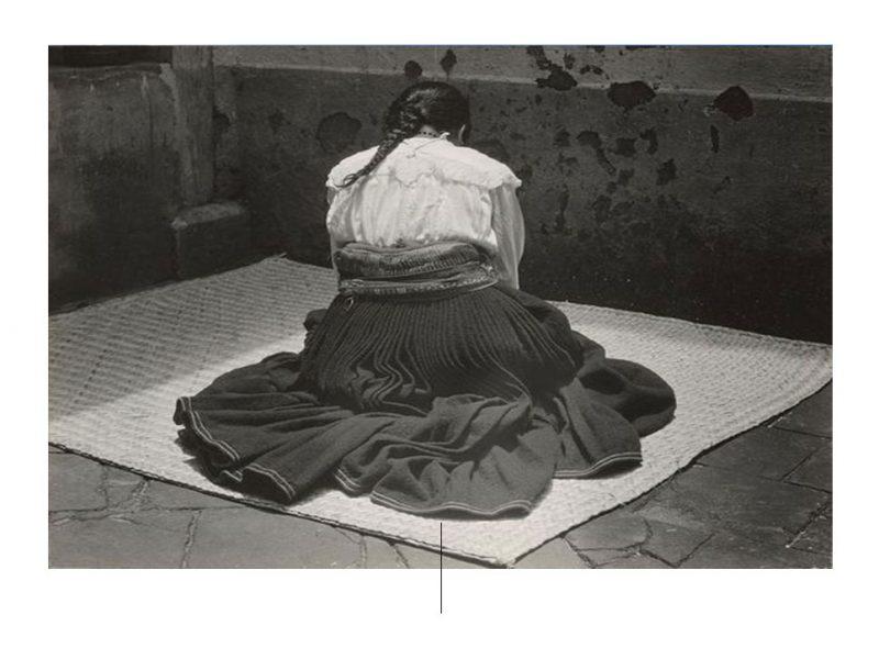 Γυναίκα συνεδρίαση στην τσάντα duffel του Edward Weston. Φωτογραφία από pinterest.com