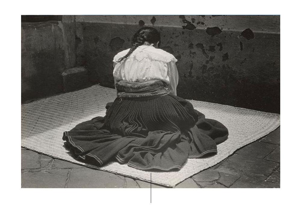एडवर्ड वेस्टन के डफेल बैग पर बैठी महिला। फोटो pinterest.com से