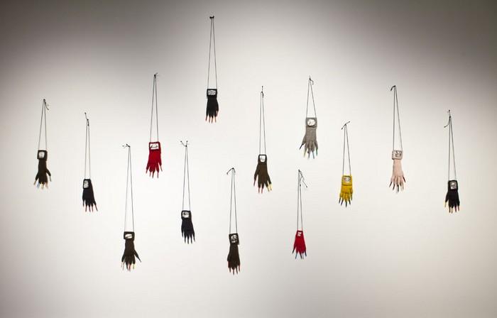 Annette Messager, Les gants-Grimaces, 1999