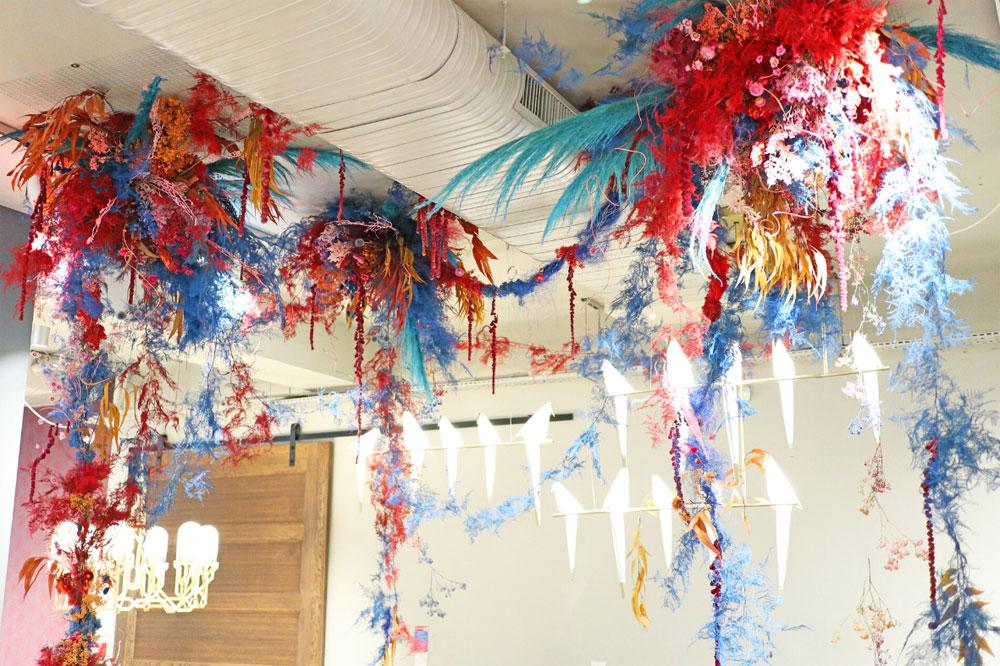 Installasjon av tørkede blomster av Harriet Parry