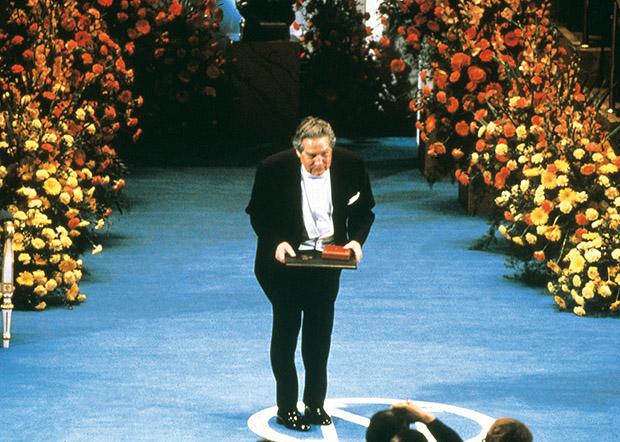 Octavio Paz op de Nobelprijsceremonie