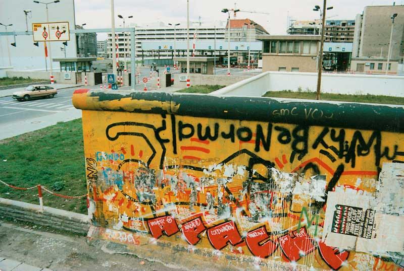 Sezione del muro di Berlino con il murale di Keith Haring