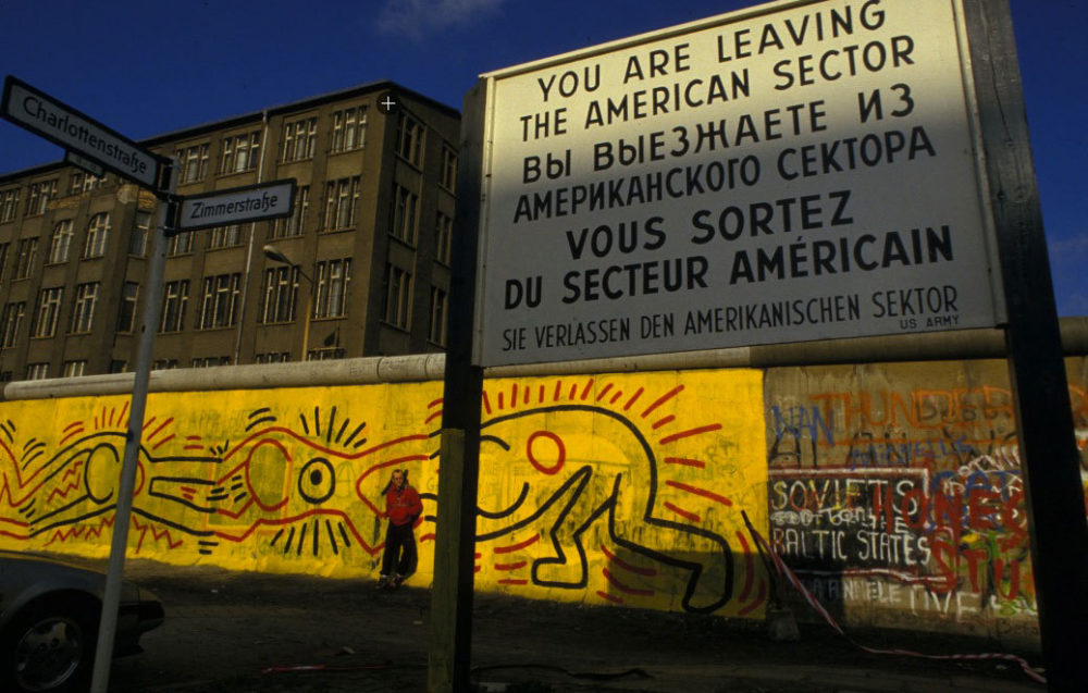 Keith Haring voor zijn muurschilderingen, Berlijn