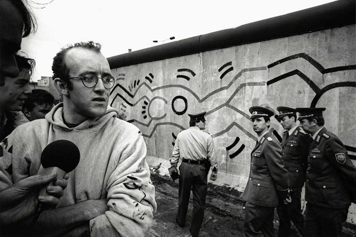 Keith Haring sul muro di Berlino