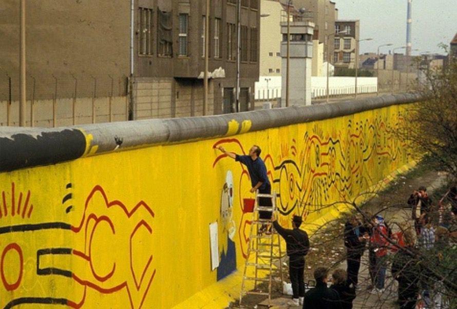 Keith Haring dipinto sul muro di Berlino