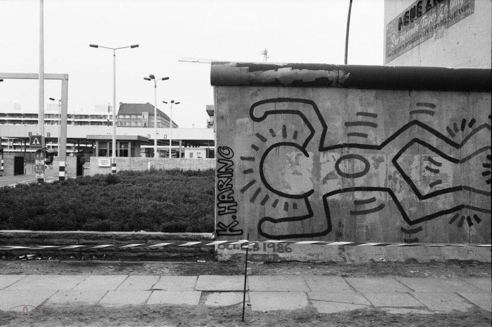 Dettaglio murale di Keith Haring a Berlino