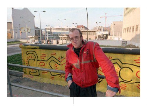 Keith Haring μπροστά από τις τοιχογραφίες του, το Βερολίνο