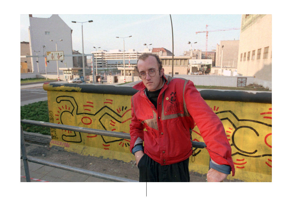 Keith Haring frente a sus murales, Berlin