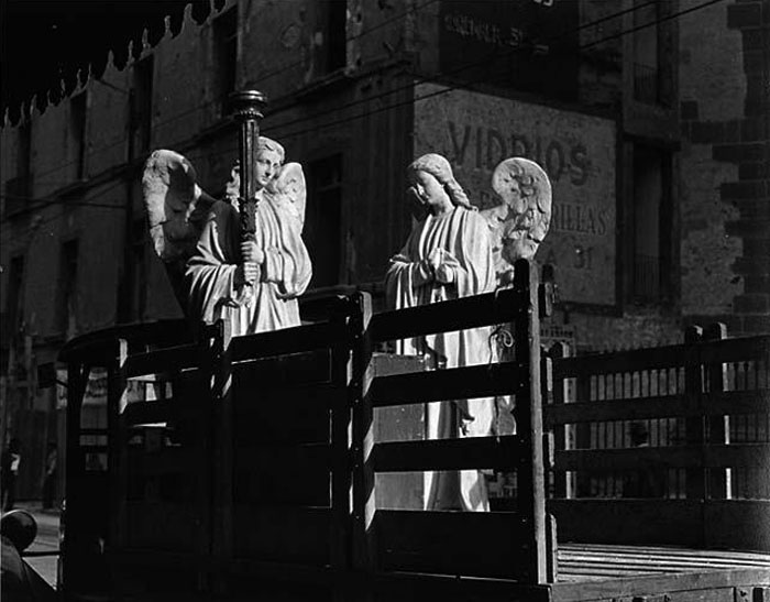 Angels in the truck, photography by Manuel Álvarez Bravo