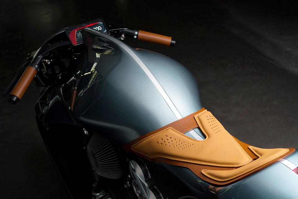 Motocicleta de Aston Martin. Foto por: dezeen.com