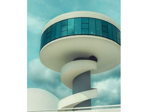 Oscar Niemeyer. Photo by: pinterest.com