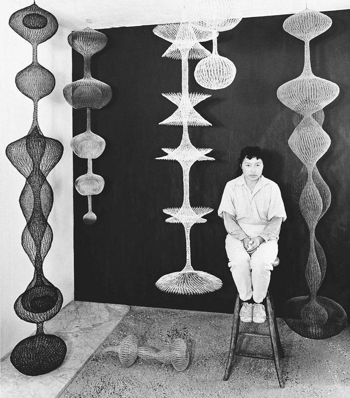 Ruth Asawa con sus esculturas