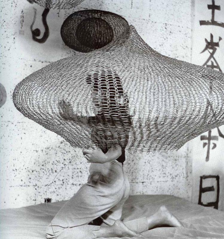 Ruth Asawa trabajando en sus esculturas